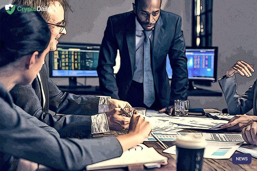 Gruppe von Unternehmern, die Investitionen im Sitzungssaal analysiert